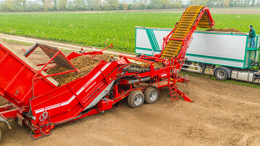 The Grimme CleanLoader at work