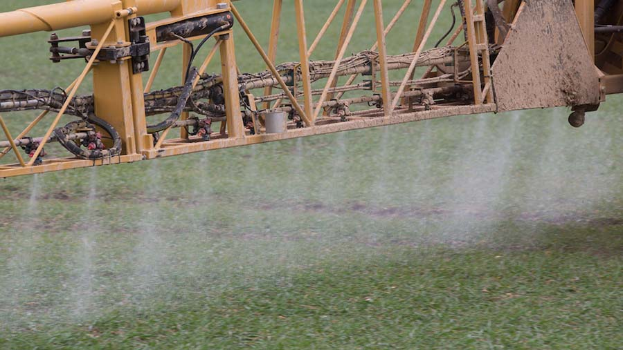 Post-emergence spraying © Tim Scrivener