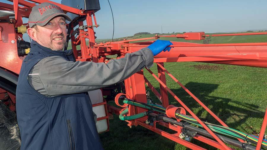 Checking sprayer boom tie rods