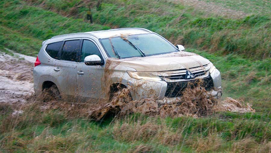 Mitsubishi Shogun Sport driving thtough water