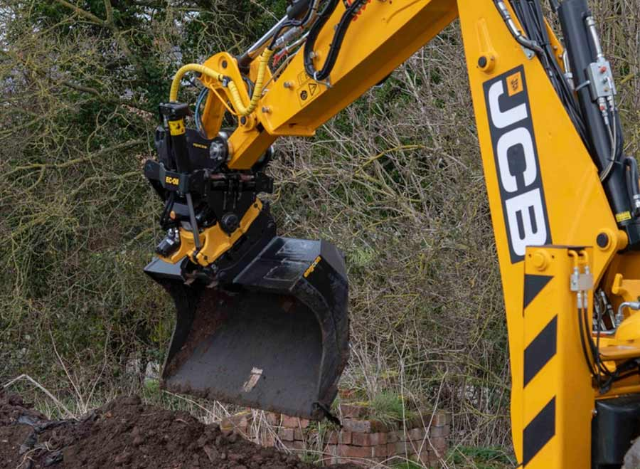 Close-up of the tiltrotator and bucket