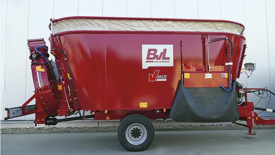 BvL vario volume height extension on a mixer wagon