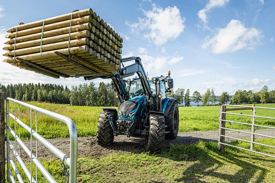 Valtra G 135 lifting a crate