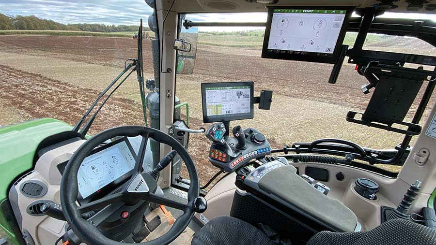 Fendt's new cab design includes the option of fitting three screens © MAG/Oliver Mark