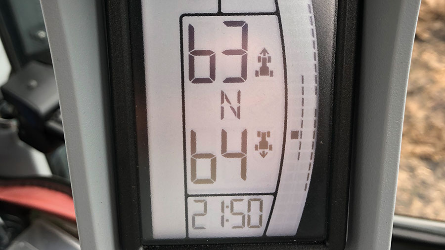 New Holland T5.140 DCT display of gears