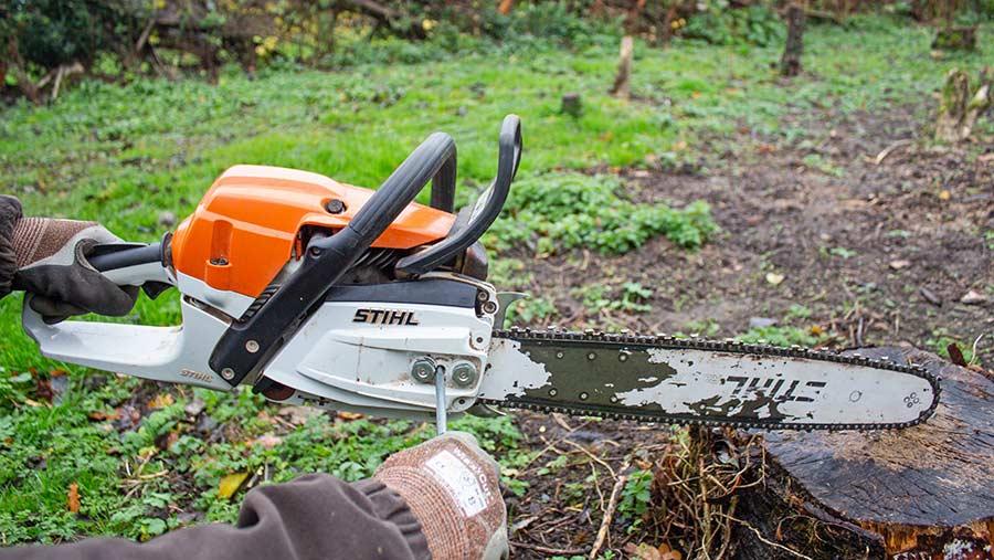 Adjusting chainsaw tension