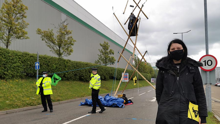 Police and Animal Rebellion activists at the Basingstoke site © MAG/Philip Case