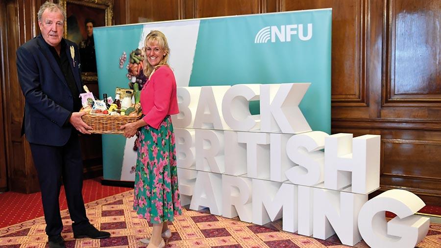Minette y Jeremy sostienen una canasta de comida británica