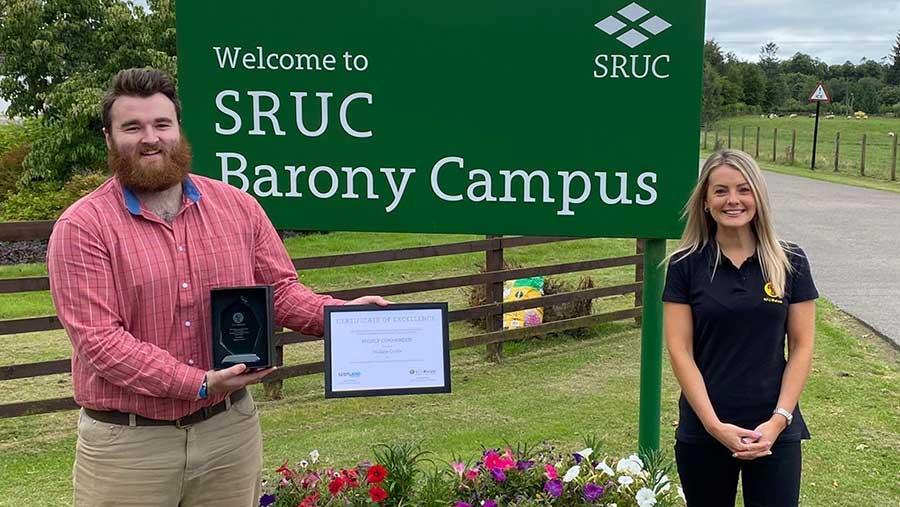 Wallace Currie, ganador del premio y Amy Lenathen NFU Mutual Sales Development Manager
