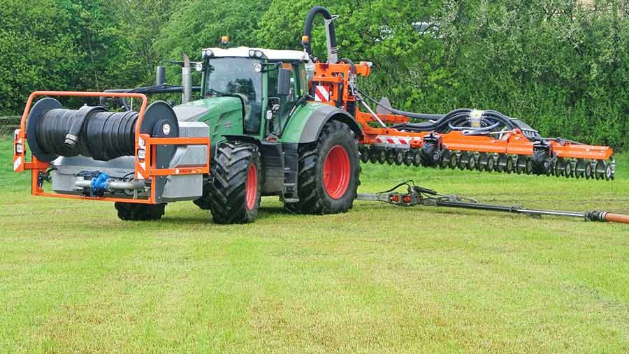 The  injector lifts clear of the telescopic swinging arm so that the tractor can turn back