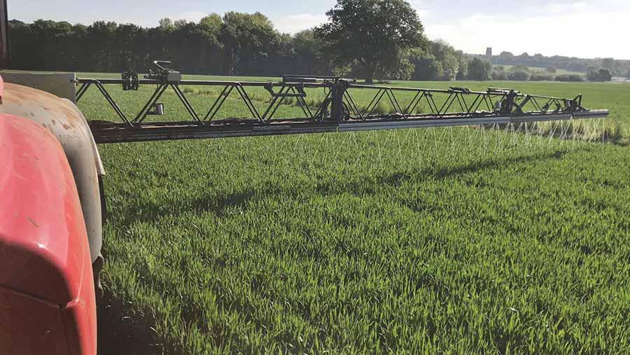Liquid nitrogen fertiliser application with Horsch sprayer