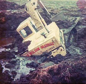 Cat-215D-excavator in bog