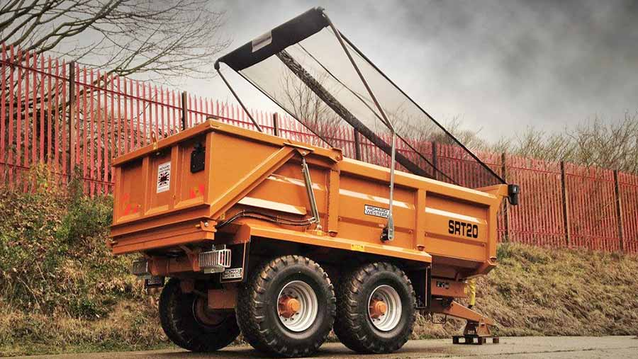 A mesh sheet helps contain light materials such as poultry manure and compost on this Richard Western SRT 20 trailer equipped with an AgriCover system.