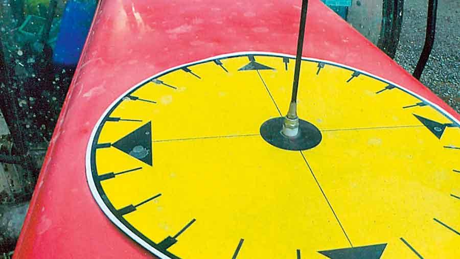 thomas-duckett-bonnet-sundial