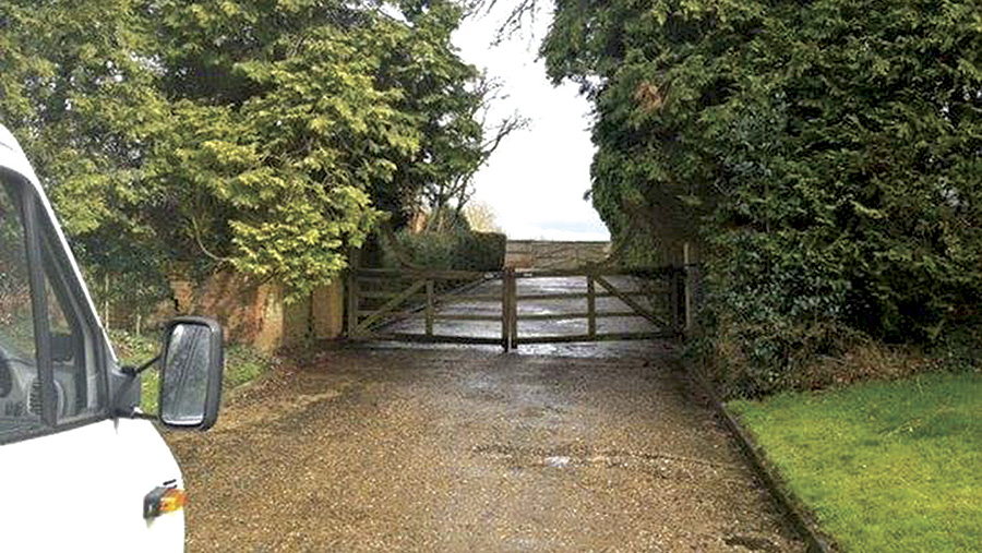 Access gate to soft fruit business