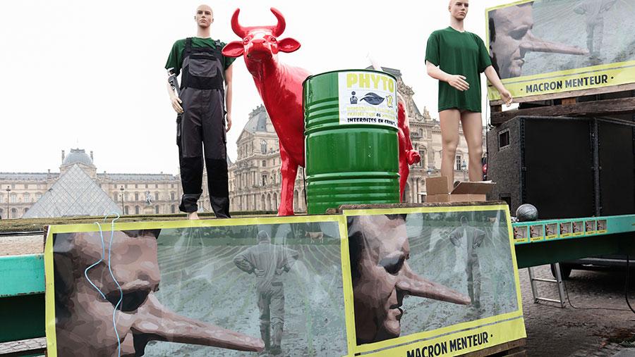 Protesting farmers call President Macron a liar. © Rex Features