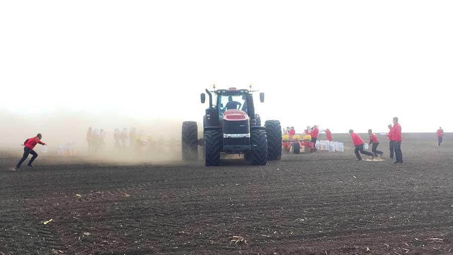 Magnum 380 CVX tractor with a 16-row Väderstad Tempo L planter