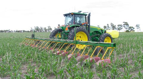 Inter-row crop sprayer